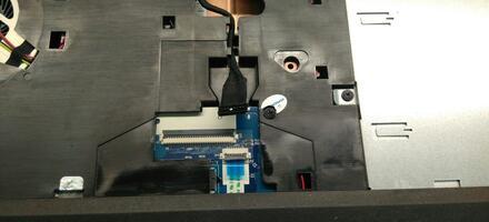 Вот так выглядит отключенный от платы разъём аккумулятора